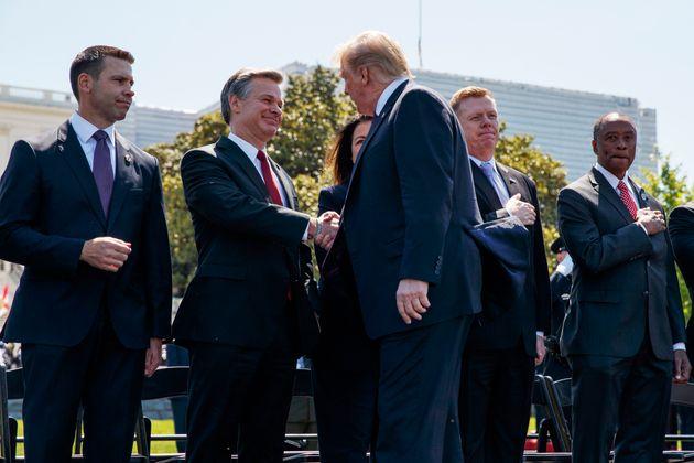 Le président Donald Trump serrant la main du directeur du FBI Christopher Wray le 15 mai, 2019,...