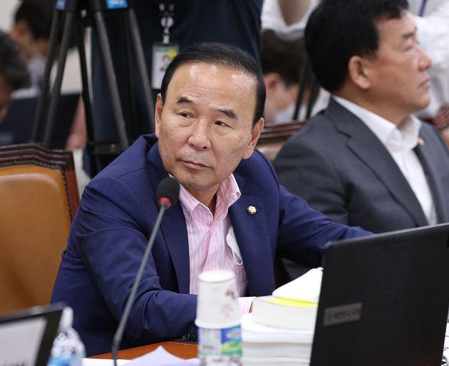 박덕흠 의원이 3일 오전 서울 여의도 국회에서 열린 국토교통위원회 전체회의에 참석하고 있다.