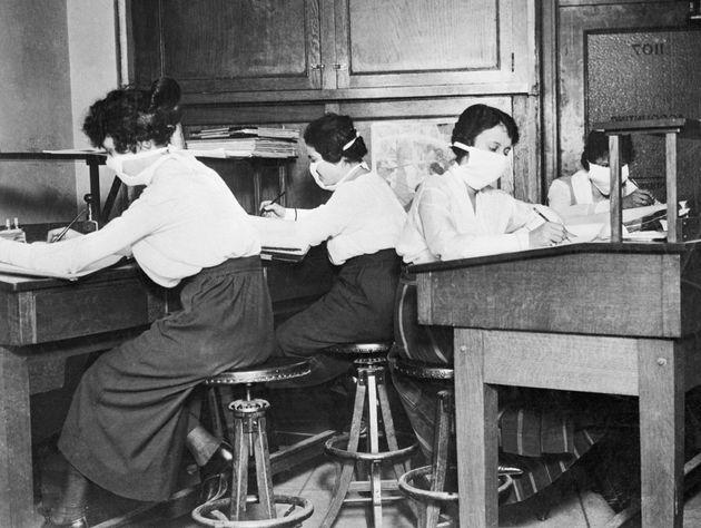 La foto está tomada entre 1918 y 1920, cuando la epidemia mató a unos 20 millones de personas...