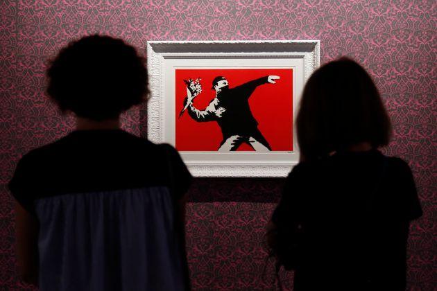 """Banksy non è l'autore de """"Il lanciatore di fiori"""". L'artista perde la causa per la paternità dell'opera"""