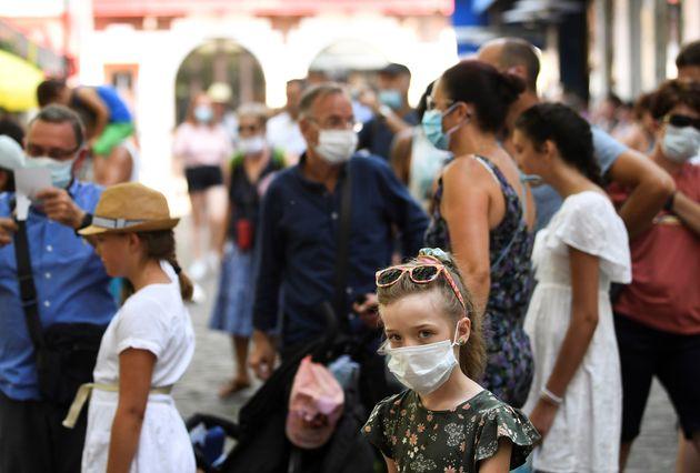 Touristes et habitants portent un masque dans le quartier de Montmartre, à Paris, le 11 août...