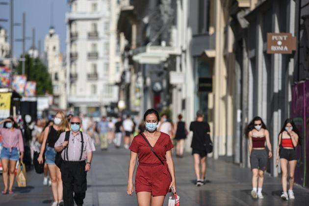 Des personnes marchant dans les rues de Madrid avec un masque (Photo by Jorge Sanz/SOPA Images/LightRocket...