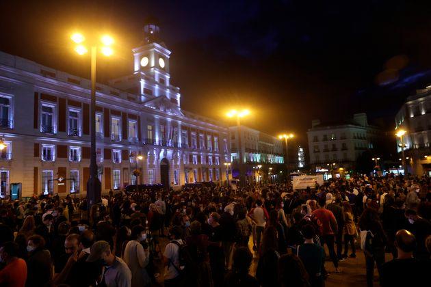 Centenares de personas piden la dimisión de Ayuso por las nuevas