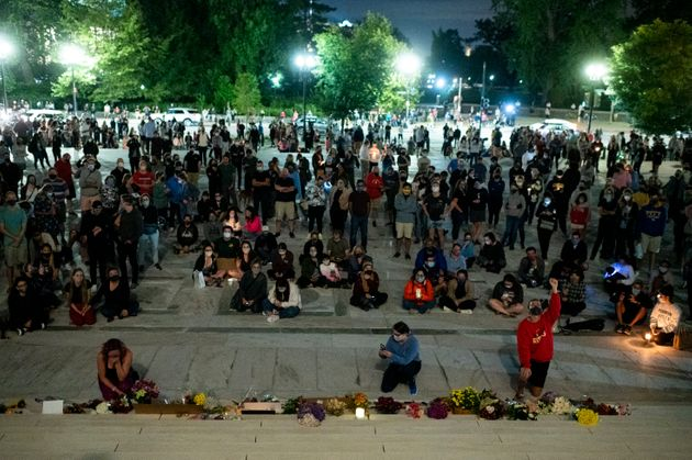 アメリカ最高裁判所の前で、ギンズバーグ氏を追悼する人たち(2020年9月18日)