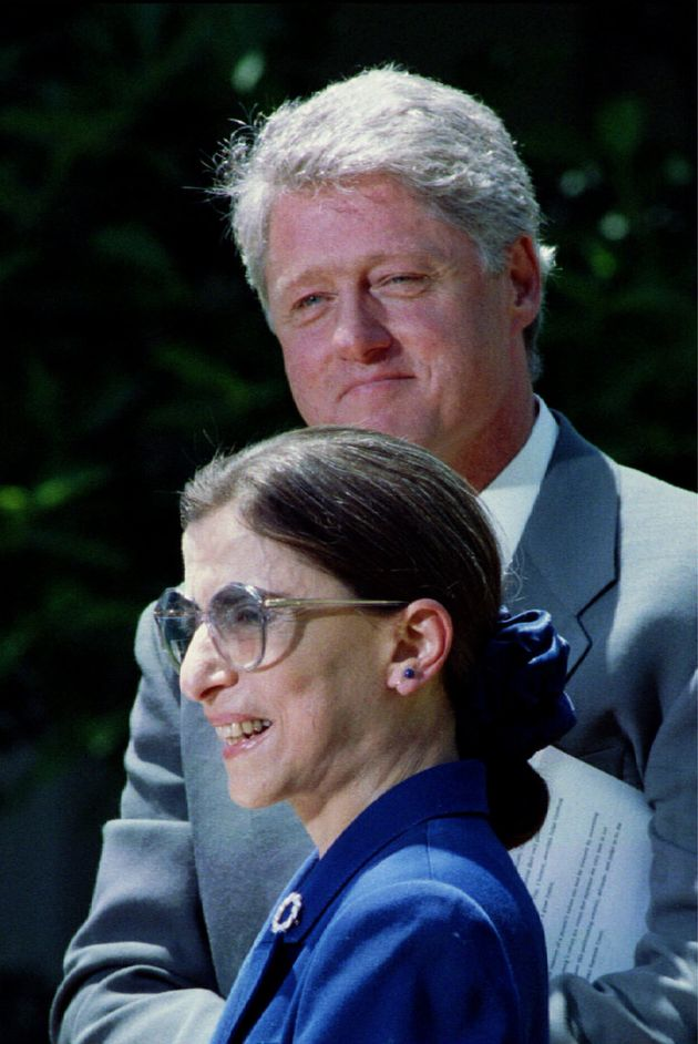 最高裁判事に指名された際のギンズバーグ氏(手前)と、クリントン大統領(1993年)
