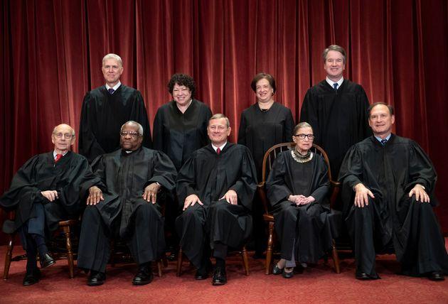 アメリカ最高裁判所の判事たち。下段の右から2番目がギンズバーグ氏(2018年)