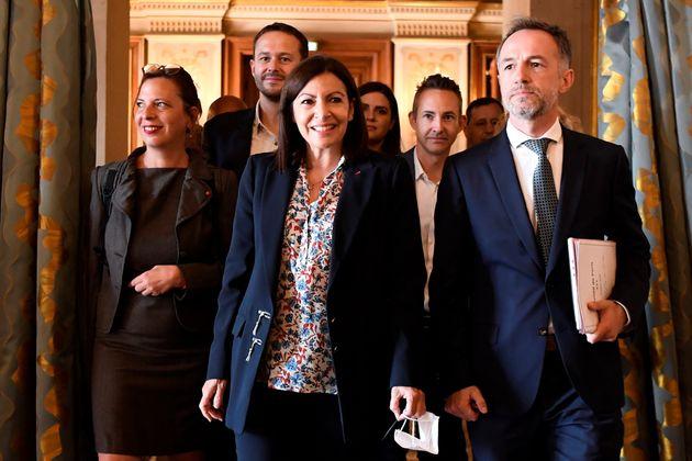 La maire de Paris, Anne Hidalgo, entourée de son premier adjoint, Emmanuel Grégoire, et...