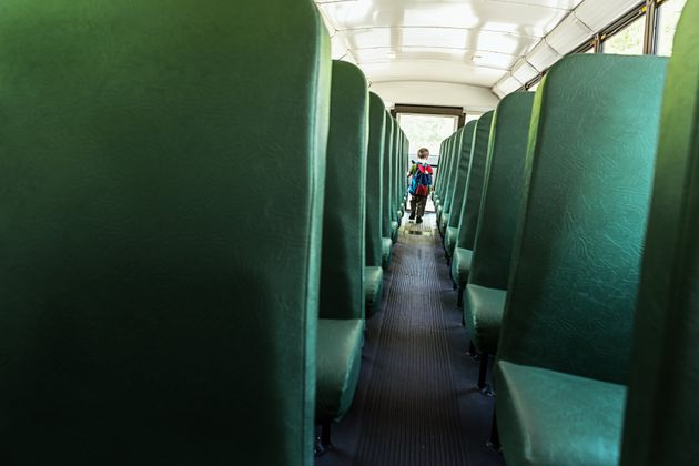 Treviso, bimbo dimenticato sul bus: rompe il vetro da solo e si libera