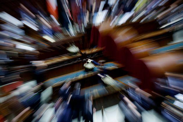 Un legislador no identificado bota en la cámara baja del parlamento italiano durante una sesión de votación...