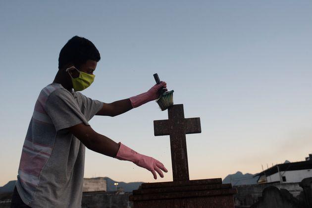Homem trabalha em cemitério do Rio de Janeiro, durante a pandemia da
