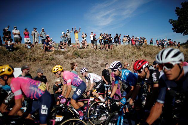 Le peloton du Tour de France 2020 sur la 14e étape entre Clermont-Ferrand et Lyon le 12 septembre 2020.