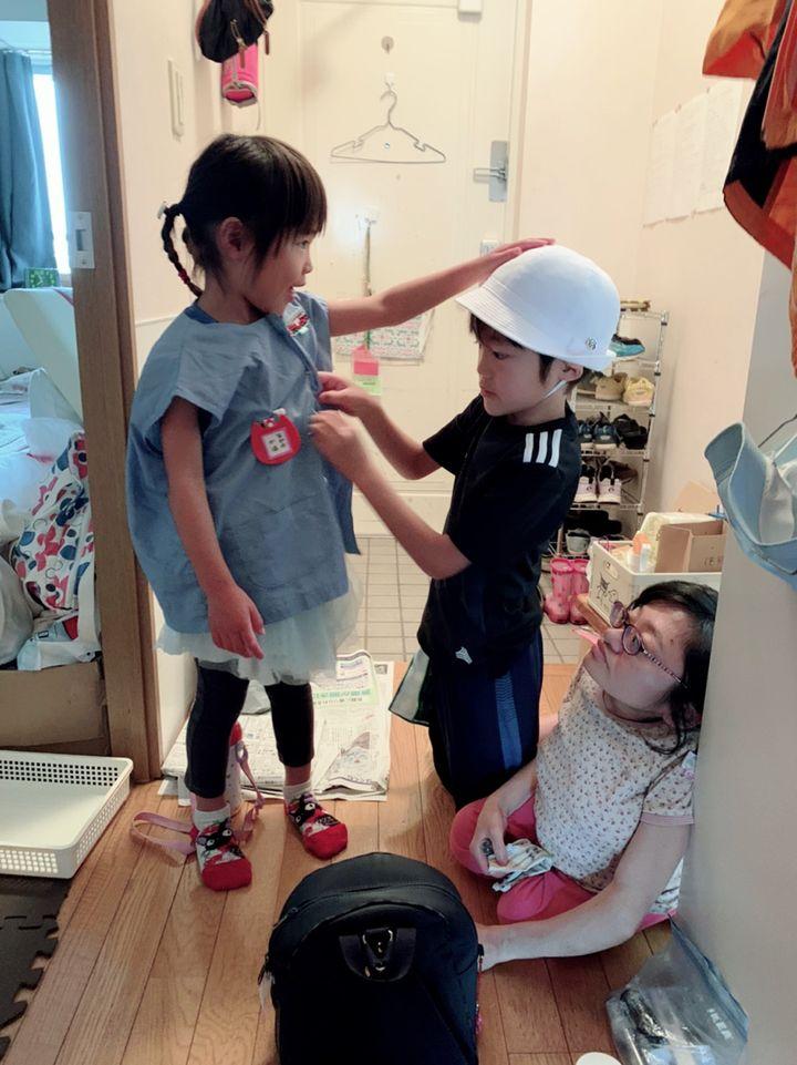 朝の準備を手伝うふたり。私より子どもが背が高く、私は届きません(笑)