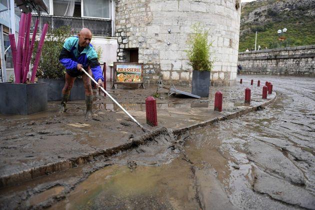Un habitant tente d'évacuer l'eau à Anduze (Gard) près du Gardon, ce samedi 19 septembre