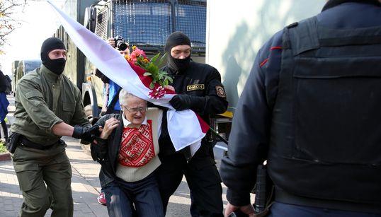Εικόνες από τις συλλήψεις τουλάχιστον 200 γυναικών στην Λευκορωσία, κατά τη διάρκεια ειρηνικής