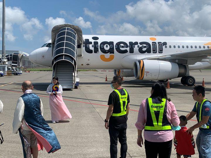 한복을 차려입은 관광객들이 비행기 탑승에 앞서 기념촬영을 하고 있다. 대만을 출발한 이 여객기는 착륙 없이 제주도 상공을 한 바퀴 돈 다음 다시 대만으로 복귀했다. 2020년 9월19일.
