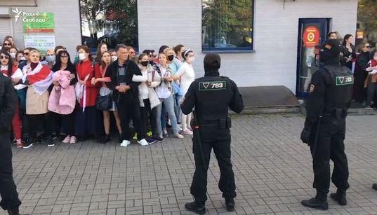 Il canto delle donne bielorusse di fronte ai poliziotti, prima di essere
