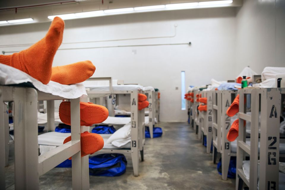 Un détenu est étendu dans un dortoir d'un centre de détention à Lumpkin,...