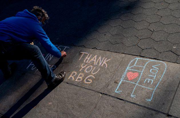 Un ciudadano hace una pintada en recuerdo de Ruth Bader Ginsburg en Nueva