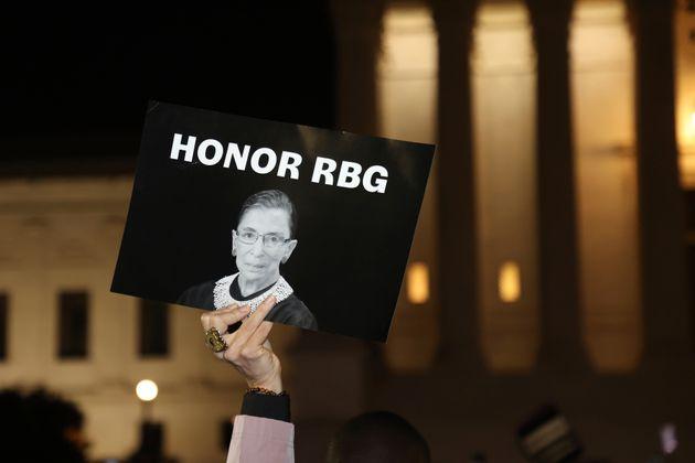 루스 베디어 긴즈버그 연방대법관은 새 대통령이 취임하기 전까지 자신의 후임을 지명하지 말아달라는 유언을 남겼다. 사진은 연방대법원 앞에 모인 한 추모객이 꺼낸 플래카드. 2020년