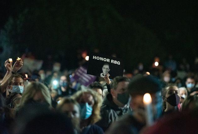 루스 베이더 긴즈버그 연방대법관을 추모하기 위해 연방대법원 앞에 모인 사람들. 2020년