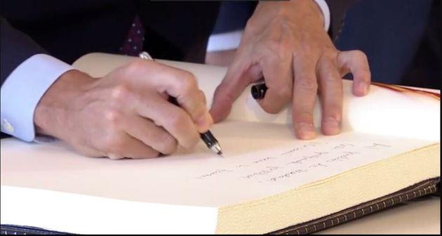 Pedro Sánchez, firmando en el