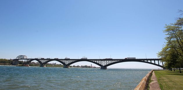 La femme a été arrêtéeau passage frontalier du pont Peace à Fort...