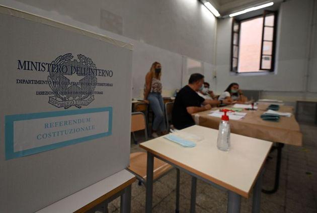 Violano la quarantena per andare a votare: denunciati padre e figlia a Catania