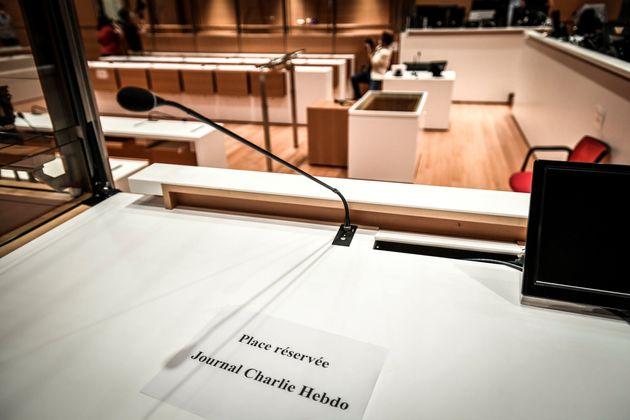 Dans la salle d'audience lors des préparatifs avant l'ouverture du procès des attentats...