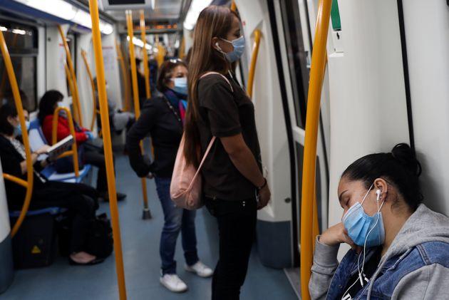 Pasajaeros en el metro de