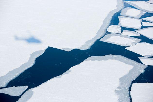 Photo prise le 21 avril 2015 du fjord de Svalbard, en Norvège. Une région où, comme la banquise arctique,...