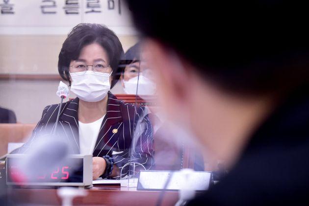 추미애 법무부 장관이 21일 서울 여의도 국회에서 열린 법제사법위원회 전체회의에서 의원들의 질의에 답하고 있다. 추 장관은 차별금지법에 대해