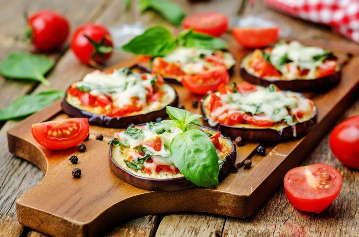 얇게 썬 가지 위에 토마토, 바질 등을 토핑으로 올리고 피자치즈를 뿌려 구운 요리