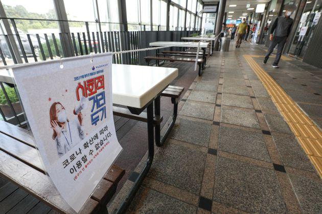 추석을 열흘 앞둔 21일 오후 경기도 안성시 안성휴게소(하행) 외부 좌석에 코로나19 확산 방지를 위해 사용을 금지하는 안내문이 붙어