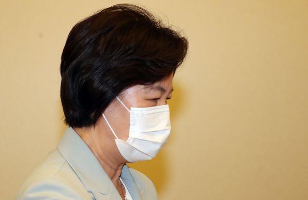 추미애 법무부 장관이 22일 서울 세종로 정부서울청사에서 열린 영상 국무회의에 참석하고 있다.