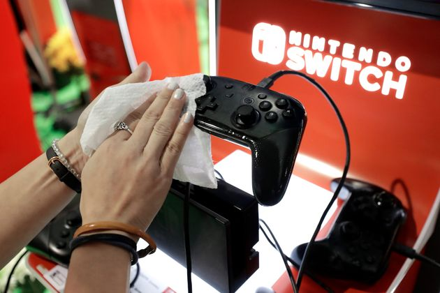 Photo d'illustration: la manette d'une Nintendo Switch, dans un magasin de New York, le 27 février