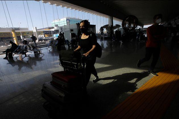 Photo d'illustration: une voyageuse à l'aéroport de Rome, le 3 juin