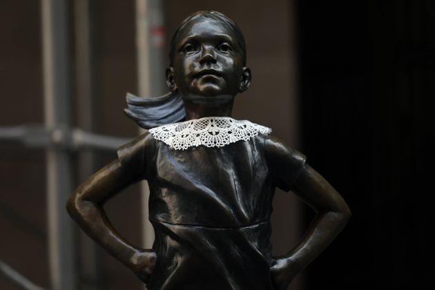 루스 베이더 긴즈버그 대법관의 시그니처 칼라를 입은 두려움 없는