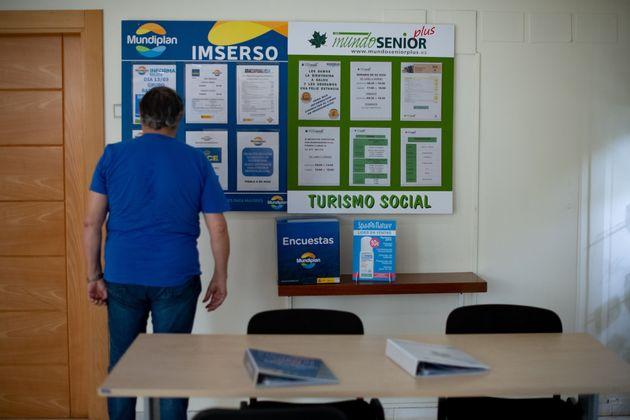 Un jubilado consulta los carteles de las actividades del Imserso en Salou