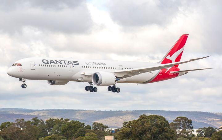 ToBoeing 787 της Quantas φθάνει στο αεροδρόμιο του Περθ μετά από μια μεγάλη πτήση από Λονδίνο.