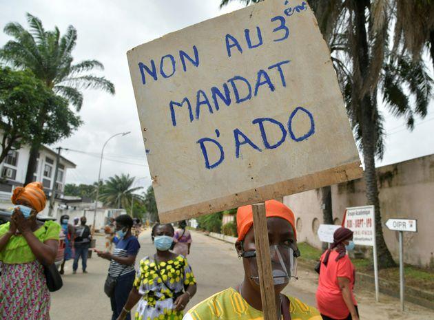 Des manifestants tentent de protester contre un troisième mandat du président ivoirien Alassane Ouattara,...