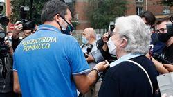 Salvini al seggio con la maglia della