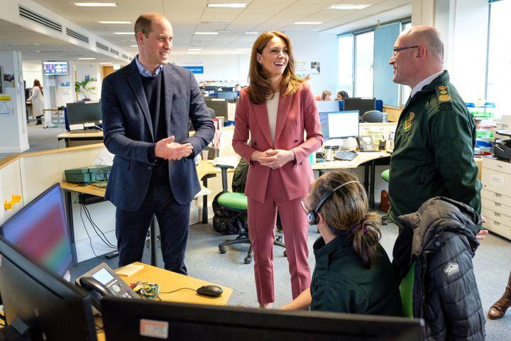 Kate Middleton y el príncipe Guillermo en la visita al Centro de Ambulancias de Londres el 19 de marzo de 2020.