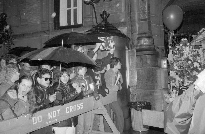La multitud frente al edificio Dakota tras el asesinato de John Lennon.