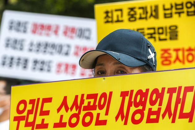 한국유흥음식중앙회 회원과 유흥주점 관계자 등 참석자들이 9월 14일 오전 서울 여의도 국회 앞에서 '유흥주점 2차 재난지원금 제외 규탄 기자회견'을 하고