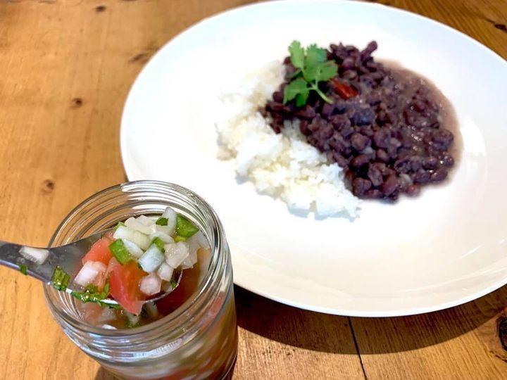 本来フェイジョアーダは黒インゲン豆を使いますが、日本では手に入りづらいので、スーパーで買うことのできる小豆を代用します