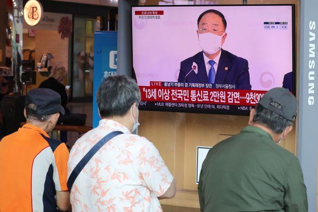 9월 10일 오후 서울 중구 서울역에서 시민들이 2차 긴급재난지원금 지급 관련 뉴스를 지켜보고