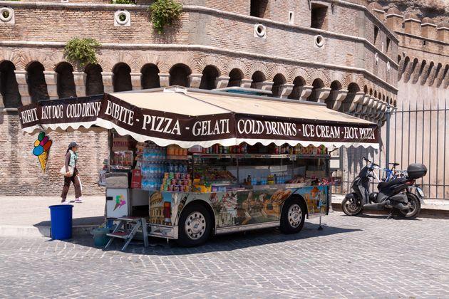 Inchiesta a Roma sul racket delle bancarelle: 18 arresti. Ci sono anche i due fratelli