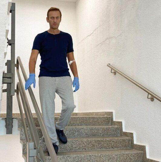 Navalny dimesso dall'ospedale. Per Putin si è avvelenato da solo, lui se la