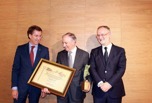 El presidente gallego, Alberto Núñez Feijóo, junto a José González Fuentes, presidente del Grupo Egasa,...