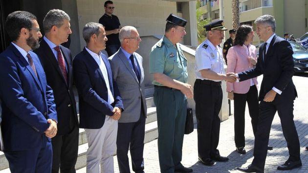 Juan Franco, a la izquierda, espera para saludar al ministro Fernando Grande-Marlaska, en una visita...